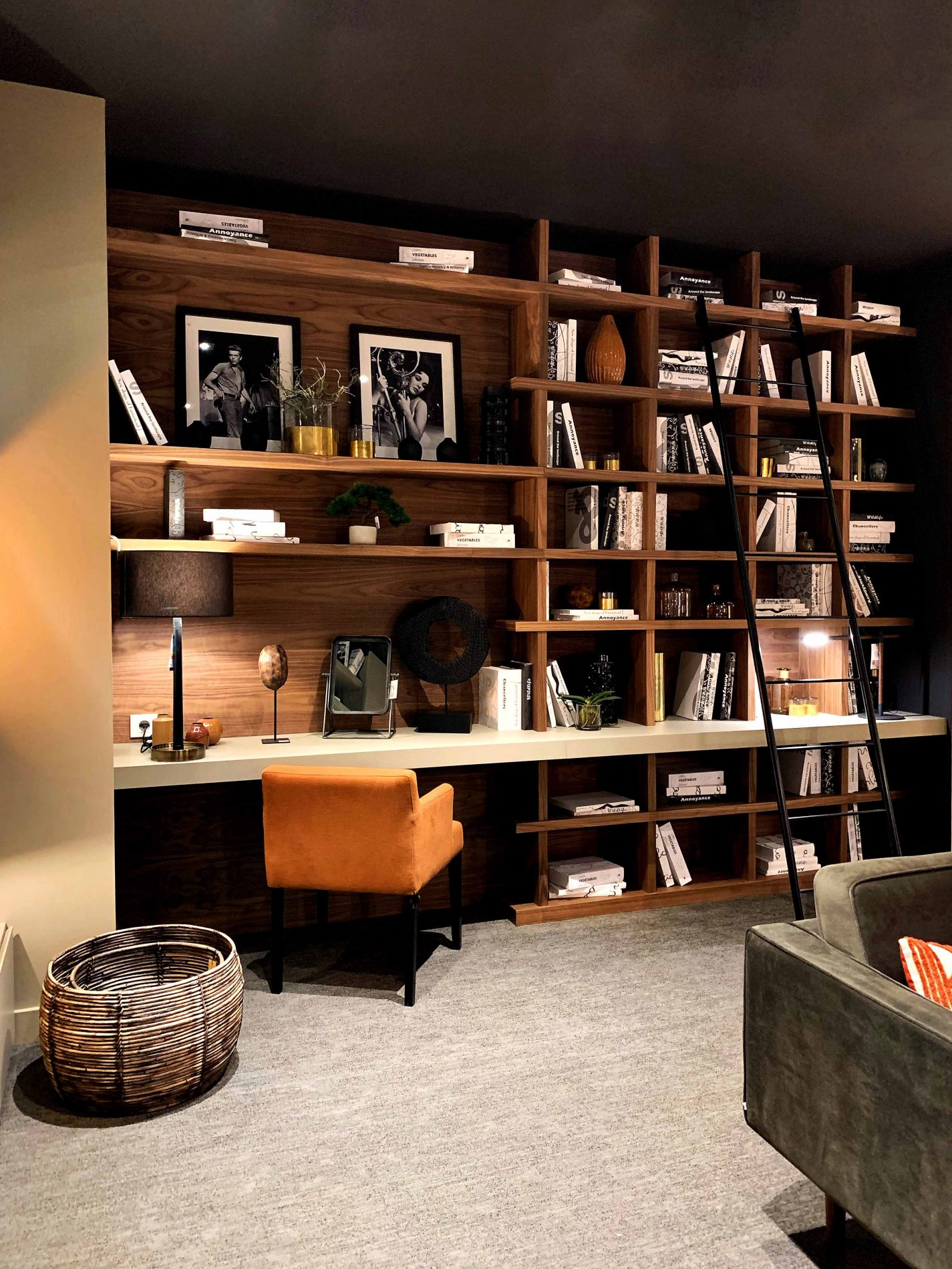 bibliotheque terracotta avec bureau