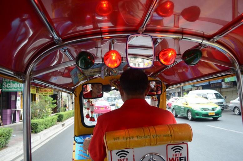 En tuk tuk por Bangkok.