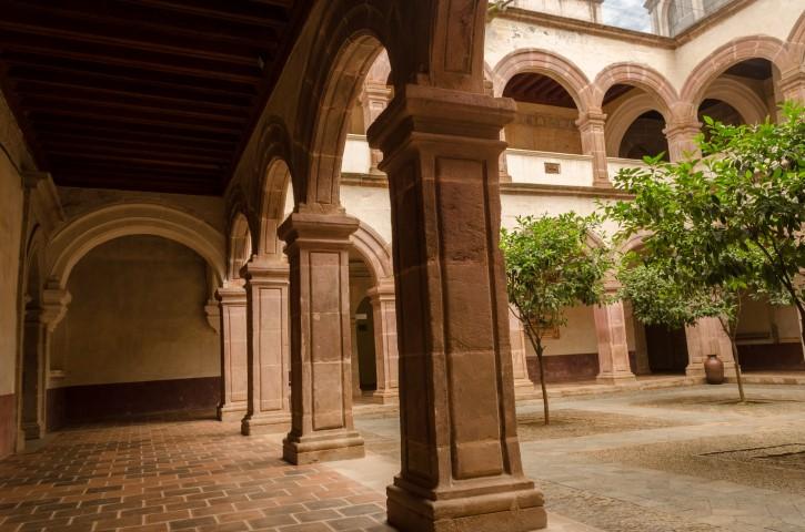 Arcos de medio punto y planta alta del Ex Convento de Santa Ana