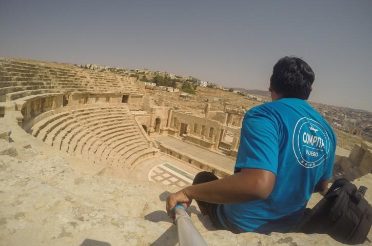 Compita Viajero en Teatro Norte de Jerash, Jordania.