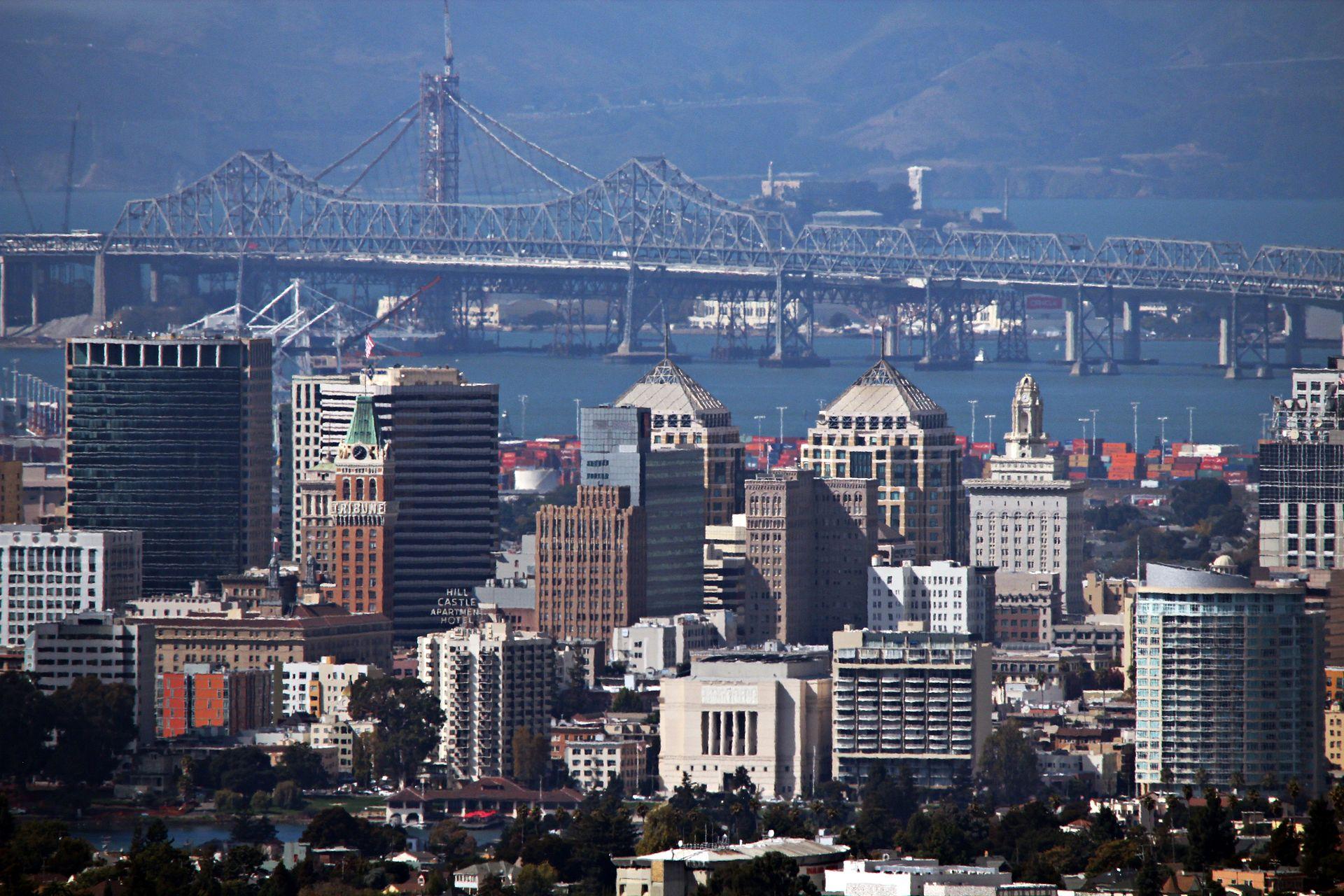 OAKLAND,_CA,_USA_-_Skyline_and_Bridge