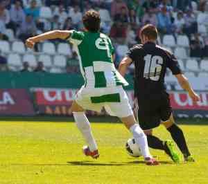 Jugadores de fútbol  jugando el balón