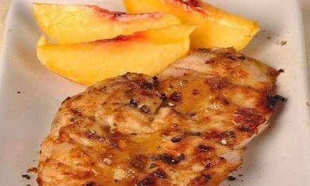 Menú saludable con brochetas de pollo y caldo depurativo