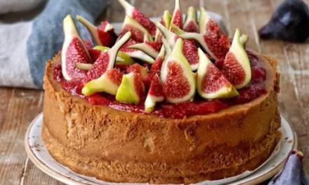 Cheesecake con un toque de kéfir y decorado con higos