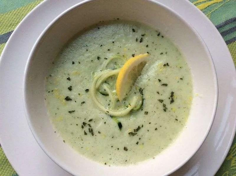Sopa fría de pepino y almendras con kéfir