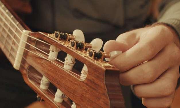 Cómo afinar una guitarra: Diferencias con la afinación de un violín