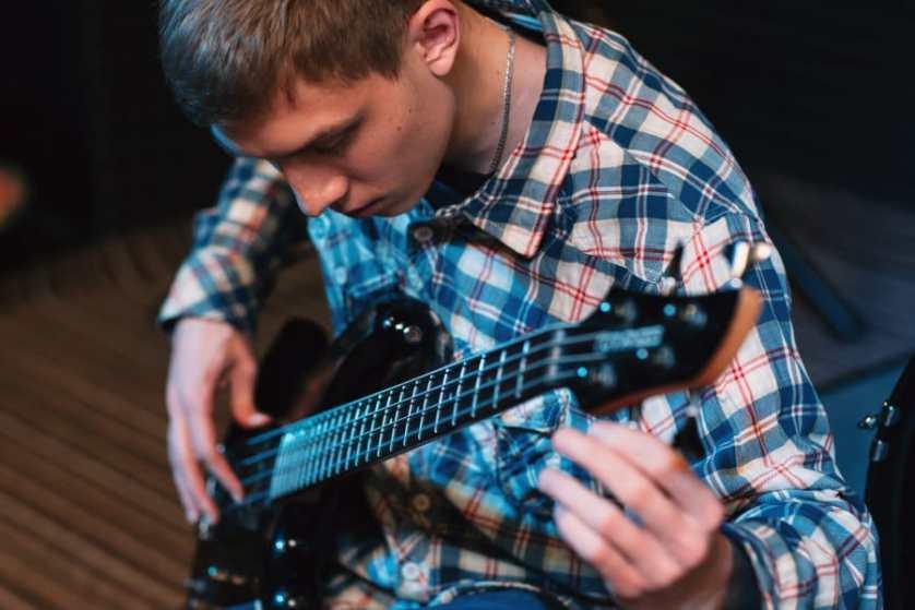como afinar una guitarra