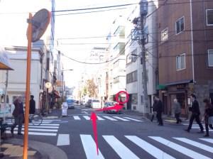 ラーメン二郎の先の角を右に入ります。