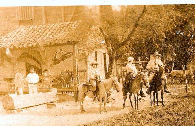 Alemanes entre ellos Max Drawert en la hacienda San Pablo del árabe Pablo Melghem, de pie, sin sombrero.