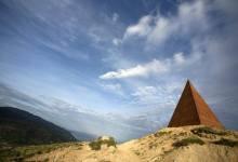Photo of La Piramide del 38° Parallelo, tra le opere di Fiumara d'Arte