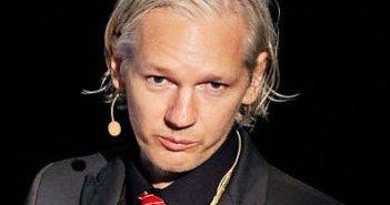 Julian Assange (immagine riutilizzabile tratta da Wikipedia: https://it.wikipedia.org/wiki/Julian_Assange#/media/File:Julian_Assange_20091117_Copenhagen_2_cropped_to_shoulders.jpg)