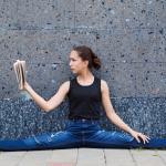 12 posturas de yoga para los amantes de los libros y la lectura