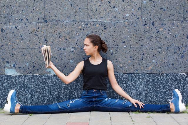 Una actividad física compatible con la lectura puede ser el yoga