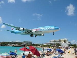 maho-beach-landing-boeing-747-st-maarten-airport