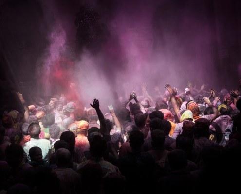 personas celebrando el holi festival con polvos colorados