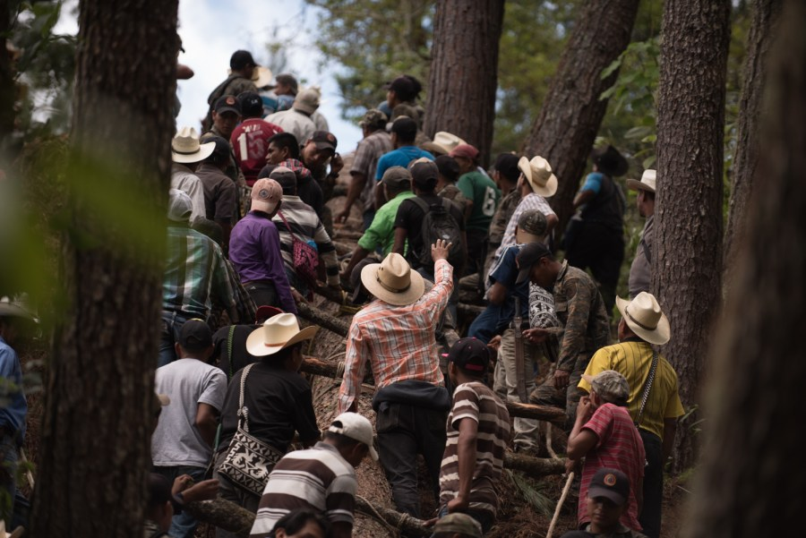 Hundreds of men push the fallen tree onto the road in the mountains near Cubulco, Baja Verapaz. Photo: Santiago Billy/Comvite