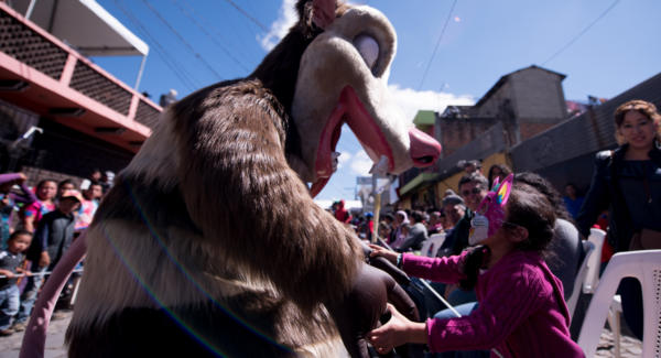 A kid dances with a character from Ice Age. Photo: Santiago Billy/Comvite