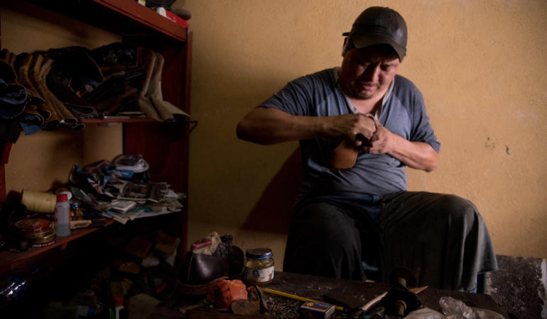 Eduardo Baragon, works on the sole of a shoe in his workshop in Pastores. Photo: Santiago Billy/Comvite