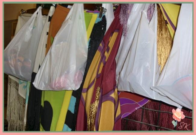 Mantones de Veronique R Silk junto a mantoncillos y accesorios de Artepeinas