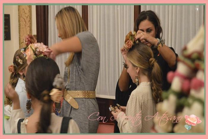 Raquel Terán y Nieves Pérez San Gregorio colocando flores en backstage