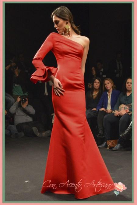 Vestido rojo de fiesta asimétrico con volante en la manga de Margarita Muñoz