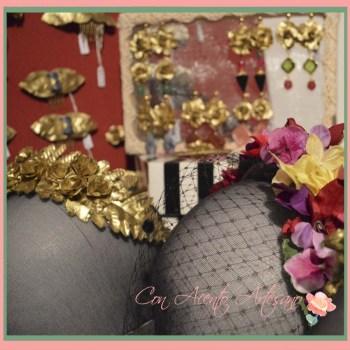 Peinecillos, diademas y pendientes de flores pintadas en oro de Rocio Cambas