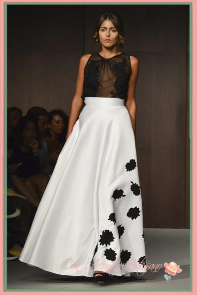 Top negro y falda blanca a juego con bordados de flores de LaPaca Costura