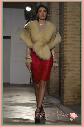 Encajes con pedrería en falda lapiz roja de Alejandro Postigo