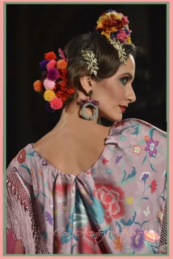 Peinecillos, flores, mantoncillo y madroños de terciopelo de Pol Nuñez