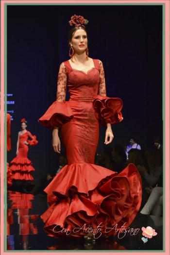 Traje de flamenca de encajes y escote corazón de Pilar Rubio