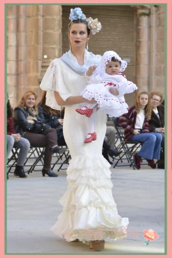 Traje de flamenca blanco con mangas de capa de Ángeles Copete