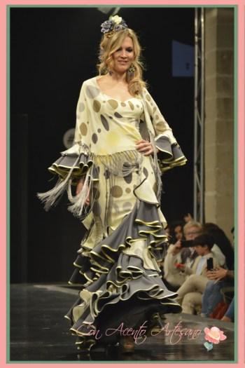 Traje de flamenca estampado con volantes en gris de Ángeles Verano