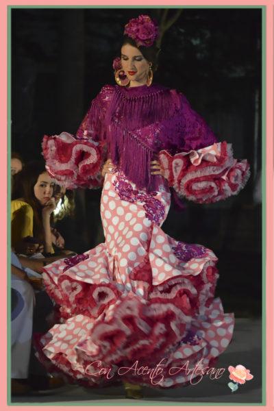 Traje de flamenca rosa de lunares blancos de Melisa Lozano