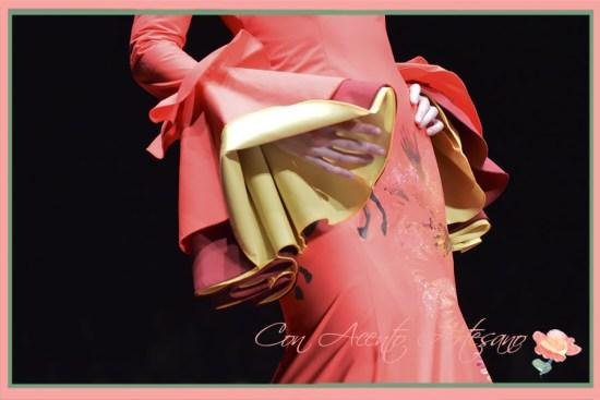 Toros, toreros y lances del toreo pintados a mano en un traje de flamenca de Carmen Latorre