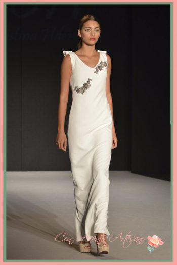 Vestido de novia con aplicaciones de piezas facetadas en el talle de MCH - María Cristina Hernández