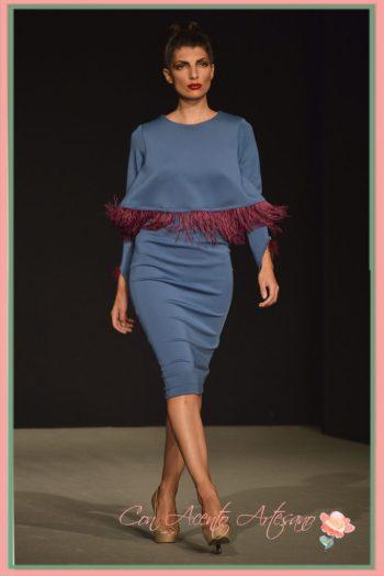 Vestido en neopreno azul y plumas de LaPaca Costura