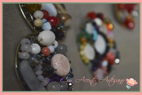 Broches con multitud de piezas de colores de MaLuz