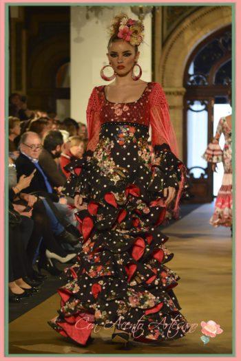 Traje de flamenca de lunares blancos sobre negro con detalles en rojo de Lola Azahares en We Love Flamenco 2017