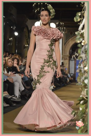 Traje de flamenca en tono maquillaje escote asimétrico o casi palabra de honor decorado con volantes de la firma de moda flamenca Cloe
