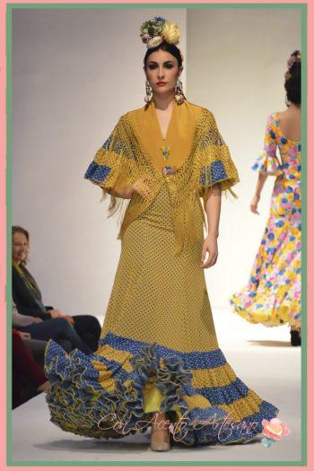 Traje de flamenca de lunares en amarillo e índigo de Carmen Fitz