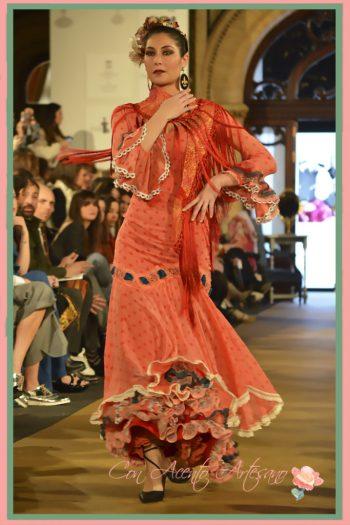 Traje de flamenca naranja con pasacintas de encaje de bolillos de Taller de Diseño