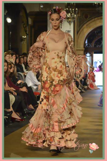 Traje de flamenca rosa con estampado de flores en seda de Taller de Diseño