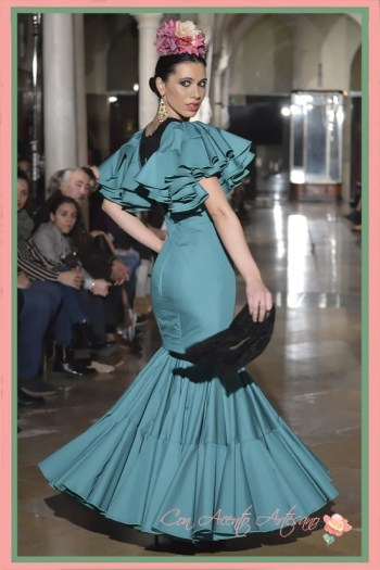 Traje de flamenca verde de talle bajo de Alba Calerón