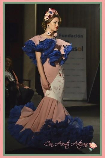 Traje de flamenca rosa de vuelo de capa de Amalia Vergara en Emprende Lunares