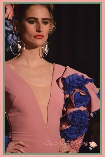 Detalle de volantes al hombro en vestido de flamenca rosa de Amalia Vergara en Emprende Lunares