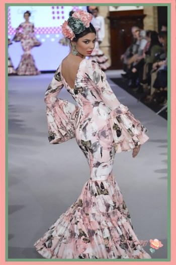 Traje de flamenca canastero con estampado en tonos pastel de Carmen Acedo