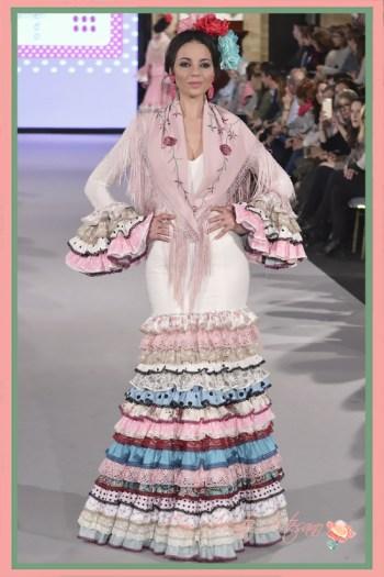 Traje de flamenca blanco de talle alto de Carmen Acedo