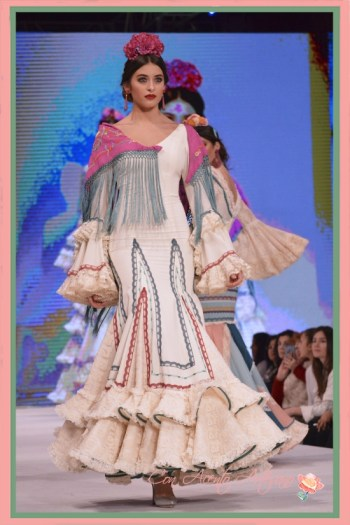 Traje de flamenca blanco de Manuela Macías en Pasarela Doñana D´Flamenca 2018