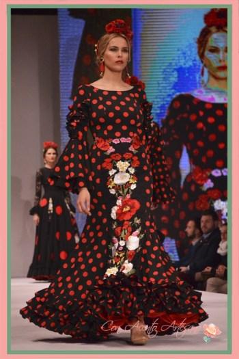 Lunares rojos sobre talle negro y bordado de flores de Manuela Macías en Pasarela Doñana D´Flamenca 2018