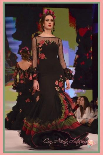 Traje de flamenca negro de flores bordadas y plumeti de Manuela Macías en Pasarela Doñana D´Flamenca 2018